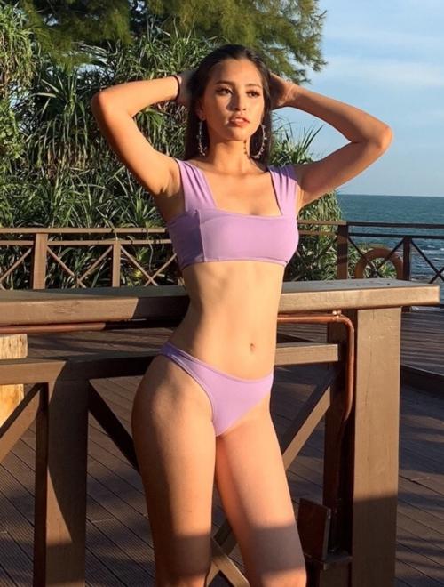Nàng hậu 18 tuổi sở hữu số đo 3 vòng khá lý tưởng 84 - 63 - 90 cm. Cô nhận nhiều lời khen về gương mặt sắc nét cộng thêm body chuẩn và làn da khoẻ khắn.