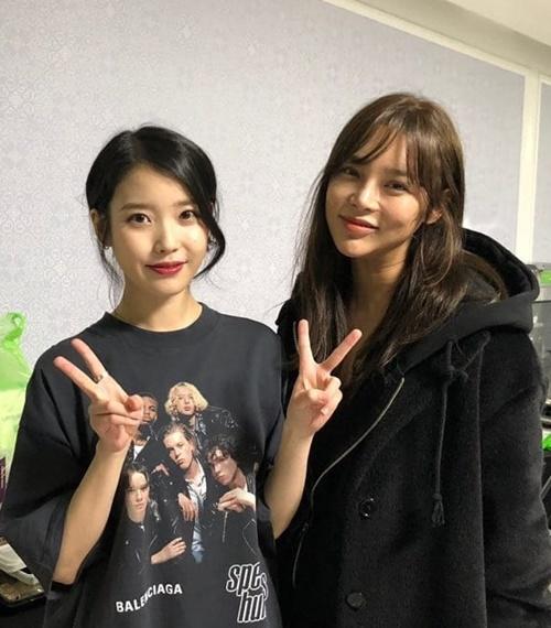 Hoa hậu - diễn viên Park Si Yeon cũng đi xem concert của IU, vào tận hậu trường để chụp hình, cổ vũ.