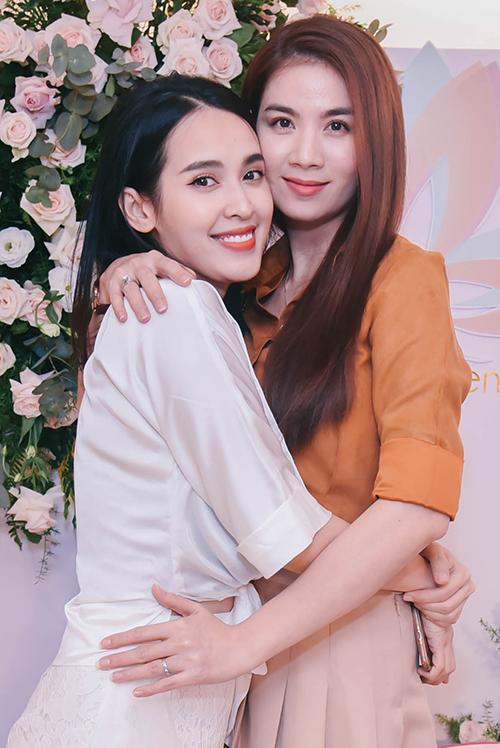 Kha Ly là một trong những người bạn thân của Tú Vi sau phim truyền hình đình đám Cổng mặt trời đến ủng hộ.
