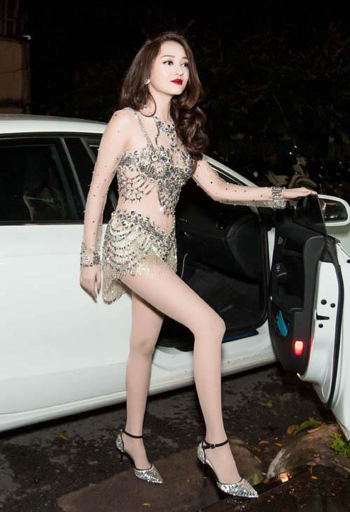 Đồ diễn của cô nàng luôn đi theo tiêu chí thật kiệm vải, không chỉ khoe được đôi chân mà còn tôn lên vòng một sexy không kém.