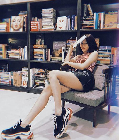 Cô nàng rất thích diện váy siêu ngắn cùng những góc chụp táo bạo để tôn lên vẻ đẹp của đôi chân.