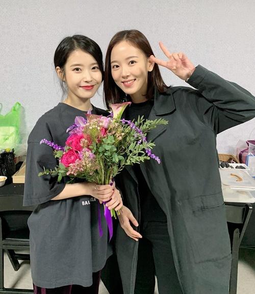 Kang Hanna đến cổ vũ concert của IU. Cả hai giữ mối quan hệ thân thiết sau khi đóng chung Moon Lovers.