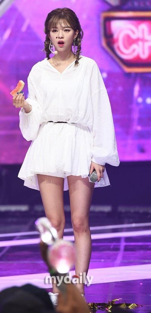 Hạtdưa hấu thực sự như một chấm nhỏ trên khuôn mặt của tôi nhưng đối với Jeong Yeon nó trông giống như một con côn trùng nào đó,. Khuôn mặt cô ấy nhỏ thật đấy, một fan bình luận.