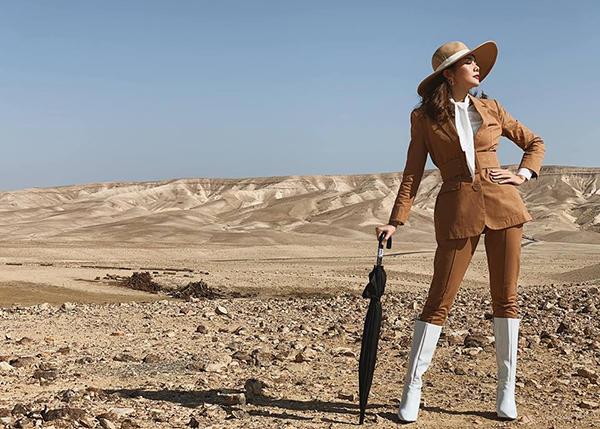 Thanh Hằng ngầu như cao bồi trên sa mạc Israel.