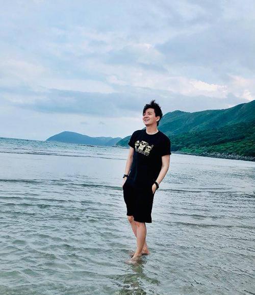 Ngô Kiến Huy điệu đà tạo dáng khi đi chơi biển.