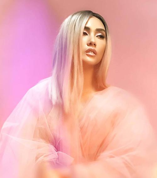 Võ Hoàng Yến được nhận xét là trông giống hệt... thí sinh Mid Nguyễn của The Face 2018 khi để tóc dài bạch kim.