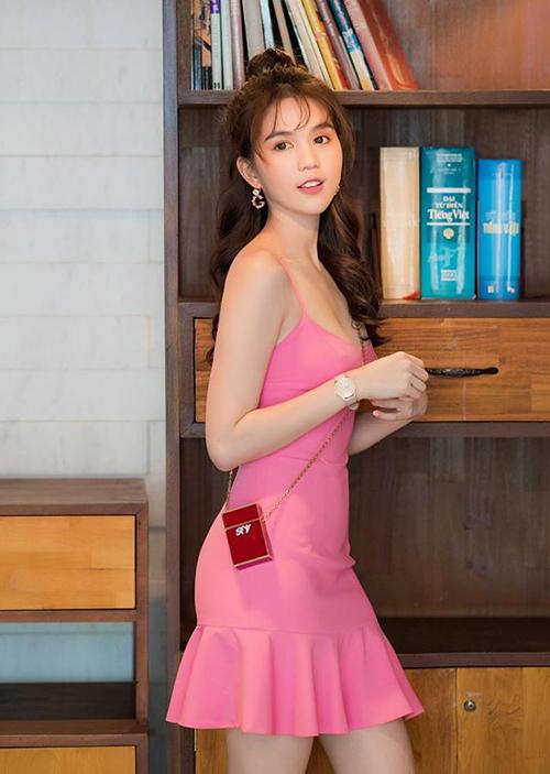 Ngọc Trinh trung thành với váy hồng ngọt ngào khi đi sự kiện. Cô nàng còn kết hợp cùng túi xách nhỏ như hộp thuốc.