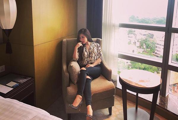 Hương Tràm khoe ảnh trong phòng khách sạn sang chảnh.