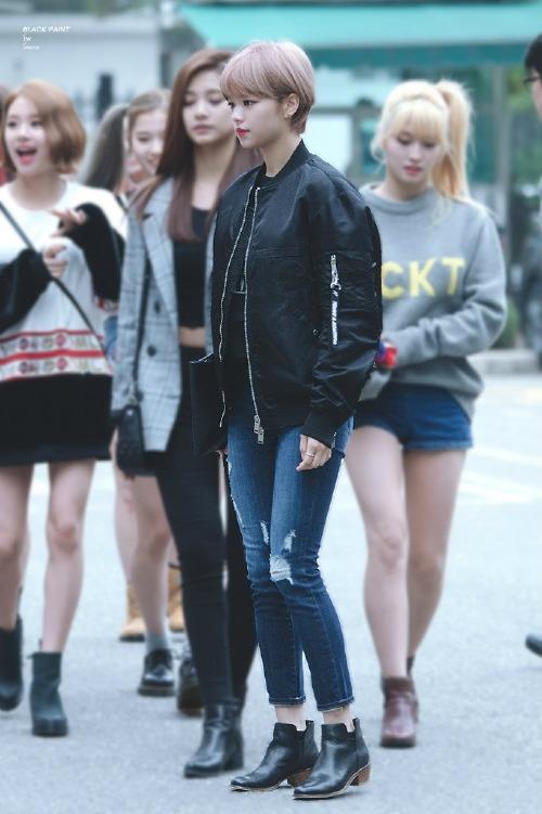 Một fan còn đăng bức ảnh khác so sánh kích cỡmặt của Jeong Yeon với các thành viên Twice. Dù ở góc chụp gần hơn nhưng khuôn mặt của nữ thần tượng sinh năm 1996 vẫn nhỏ đến bất ngờ so với các đồng nghiệp.