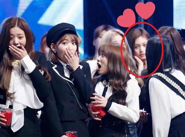 Do Yeon đứng nhìn hậu bối IZONE chiến thắng trên show âm nhạc.