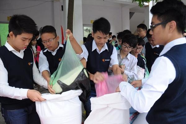 Dịp 20/11 năm 2017, thầy Đạt cùng giáo viên, học sinh trong trường phát động phong trào góp gạo cho người nghèo thay vì tặng quà cáp.