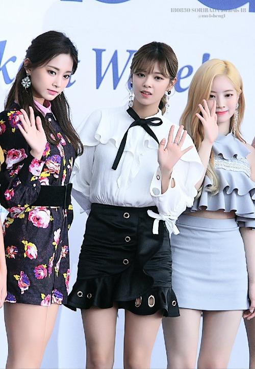 Mặt nhỏ cũng là lợi thế khiến Jeong Yeon trông cao ráo hơn các thành viên khác dù chiều cao không chênh lệch là bao.