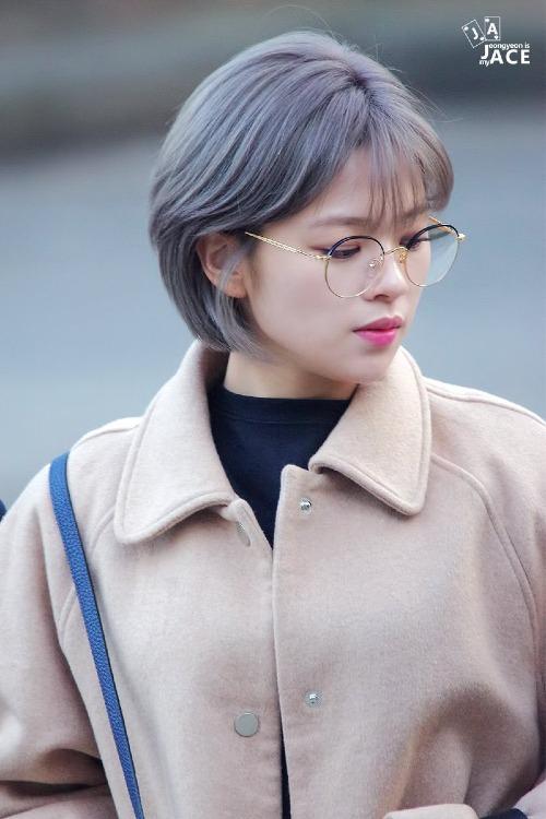 Đối với người Hàn Quốc, gương mặt nhỏ là một trong những tiêu chuẩn về nhan sắc được ưa chuộng thời gian gần đây. Chính vì vậy, các fan rất ngưỡng mộ những idol sở hữu đặc điểm ngoại hình này.