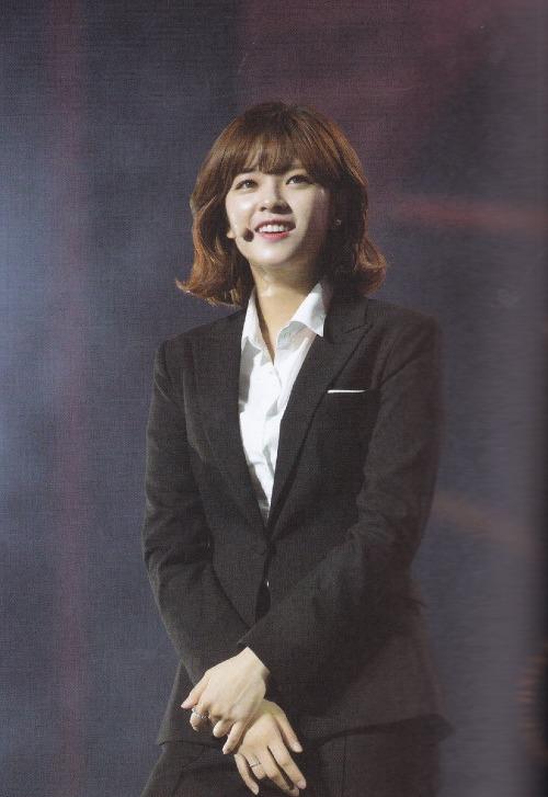 Trong Twice,chỉ có Jeong Yeonđi theo hình ảnh tomboy/girl crush. Đứng chung với 8 mảnh ghép tha thướt mềm mại, cô được yêu mến vìđem đến một cảm giác tươi mới, phong khoáng hơn.