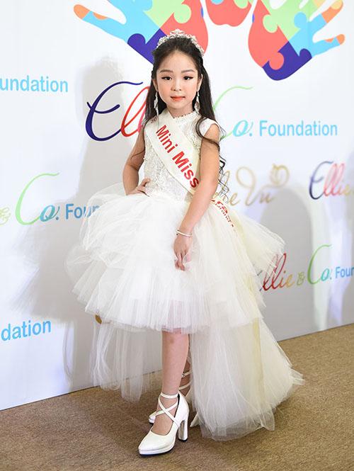 Mới chỉ 5,6 tuổi nhưng các cô nhóc đã ra dáng ngôi sao khi diện những bộ đầm lộng lẫy, đầu đội vương miện, đặc biệt là đi giày cao gót 5-7 cm rất điệu nghệ.