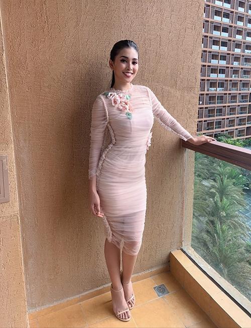 Trong hầu hết các hoạt động ở Miss World, Tiểu Vy đều chọn những bộ váy cocktail có tông màu hồng ngọt ngào. Đây không phải là điều trùng hợp vì theo stylist của cô tiết lộ, họ đã nghiên cứu kỹ lưỡng và biết được bà Chủ tịch Miss World Julia Morley rất yêu thích màu hồng nên cố tình chọn thật nhiều trang phục có màu sắc này.