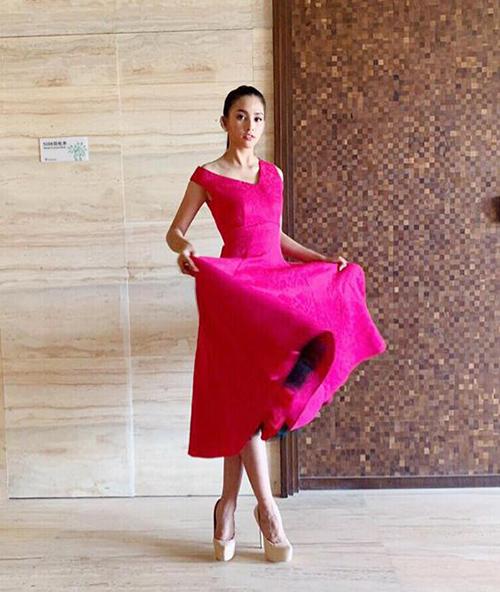 Trong lần đầu diện kiến bà Chủ tịch, Tiểu Vy thông minh khi biết gây ấn tượng bằng chiếc đầm hồng rực rỡ, không quá cầu kỳ nhưng vẫn lộng lẫy.