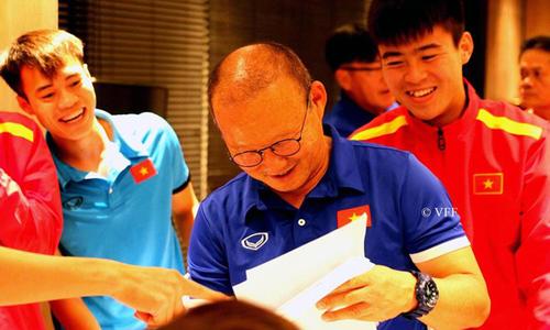 'Bố già' Park Hang-seo cười tít mắt khi được học trò vẽ chân dung