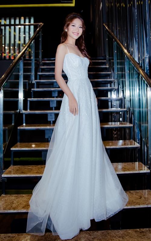 Khả Ngân mặc váy cưới nhưng không có