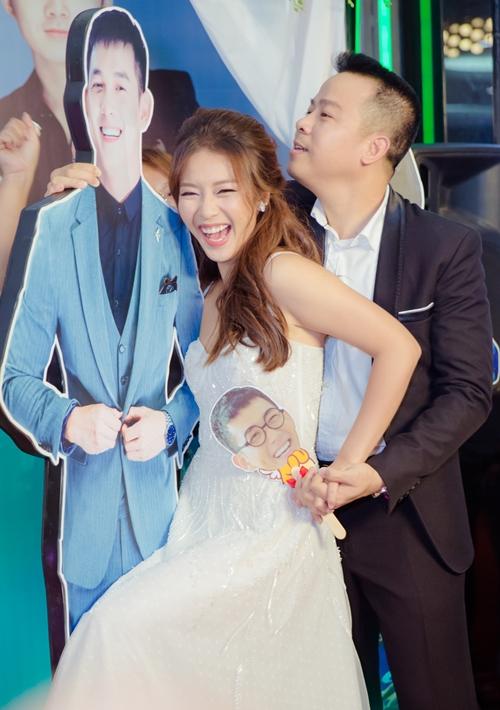 Dù vắng mặt đại úy điển trai, Khả Ngân vẫn nhí nhảnh hết nấc. Khi tham gia vào trò chơi nặn tượng cùng fan, cô đã gợi ý lấy hình giấy của Song Luân để tạo ra những kiểu dáng bá đạo. Màn pha trò của nữ diễn viên khiến fan bật cười.