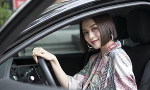 Thiều Bảo Trang tự lái xế hộp, nhí nhảnh ở sự kiện
