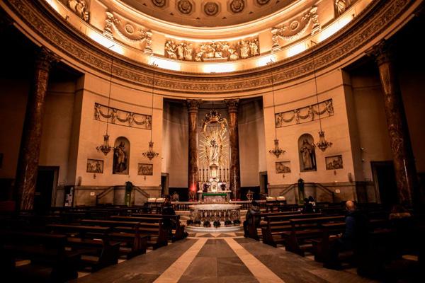 Hình ảnh bên ngoài và trong nhà thờ.
