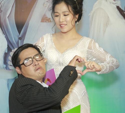 Cặp đôi bác sĩ Hồng Thái và y tá Xuân Mai tạo dáng nghịch ngợm.