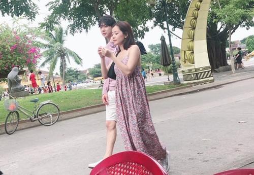 Mới nhất, cả hai bị bắt gặp cùng nhau đi dạo trên đường phố Hội An. Chi Pu ăn mặc thoải mái đi cạnh anh chàng có chiều cao 1,85m. Hình ảnh một lần nữa khiến fan đào xới lại rất nhiều khoảnh khắc được cho hẹn hò khác suốt một năm qua.