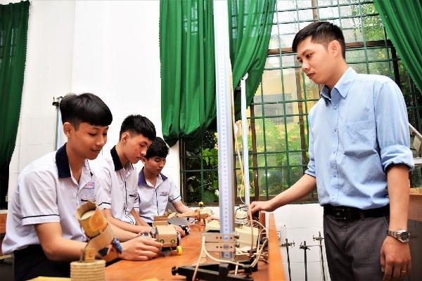 Thầy giáo 9x Trần Văn Hải trong giờ dạy Vật lý trong phòng thí nghiệm tại trường