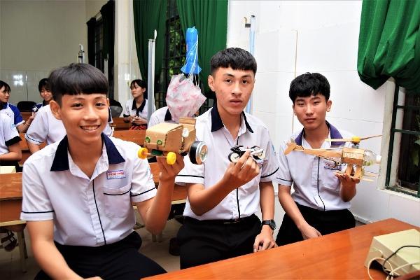 Học trò khoe những món đồ chơi vô cùng độc lạ do mình tự lên ý tưởng và chế tạo với sự giúp đỡ của thầy.
