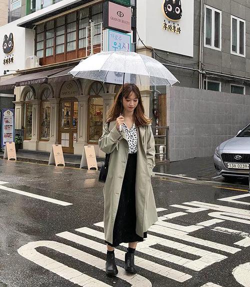 Chân váy xếp ly là item hot từ mùa hè sang đông vì giúp chỉnh dáng cực tốt, phong cách cá tính cũng hợp mà bánh bèo cũng xinh. Mix thêm các kiểu áo dạ, trench coat phía ngoài, các cô nàng trông sẽ thanh lịch như con gái Hàn.