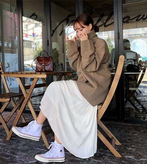 Áo trùm bên ngoài chân váy giúp che giấu hoàn toàn nhược điểm cơ thể, dù bạn có mũm mĩm một chút cũng không sao. Kết hợp cùng các kiểu giày thể thao, con gái trông thêm phần năng động, trẻ trung.