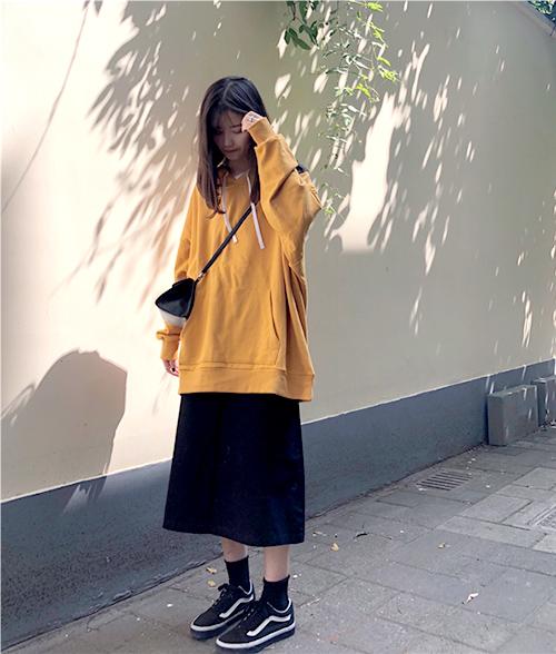 Sweatshirt, hoodie là những item được con gái ưa chuộng số một trong mùa đông vì vừa ấm áp lại vừa thoải mái. Item này thường được các cô gái kết hợp cùng chân váy bút chì thun, với độ co giãn cao và cũng thoải mái không kém.