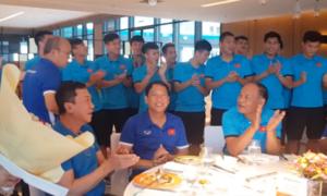Tuyển Việt Nam hát 'Bụi phấn' tặng HLV Park và nhận phản ứng bất ngờ