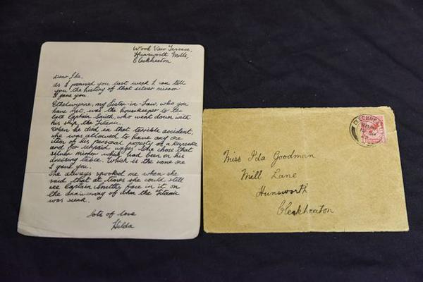 Chủ nhân mới của tấm gương sẽ được nhận kèm một phong bì chứa lá thư viết tay