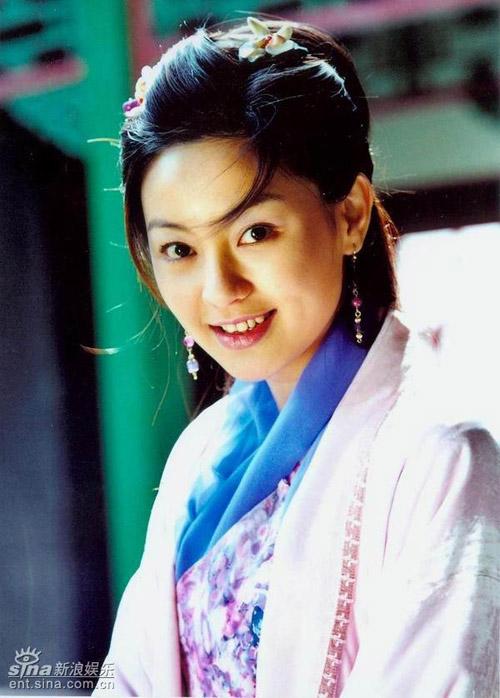 Nữ diễn viên Singapore Trần Tú Lệ lại chọn Trung Quốc làm điểm đến cho sự nghiệp của mình, thay vì phát triển tại quê nhà. Tuy vậy, cô không thể cạnh tranh được với những diễn viên Trung Quốc và luôn chỉ nhận các vai phụ trong phim như Ỷ thiên đồ long ký, Công chúa bướng bỉnh, Thiên ngoại phi thiên, Tần vương Lý Thế Dân.