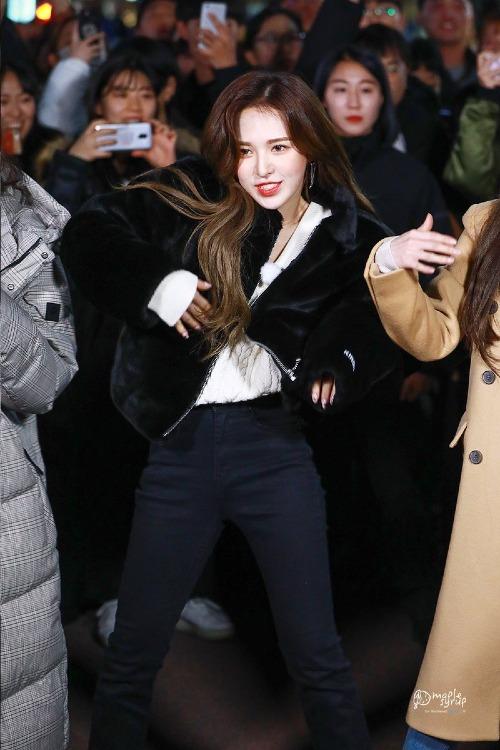 Tối 20/11, Red Velvet đã xuất hiện tại một trung tâm thương mại để ghi hình cho show Entertainment Weekly Guerilla Date (KBS2). Gây chú ý nhất trong 5 cô gái SM chính là Wendy.