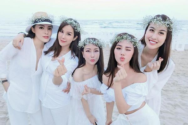 Hà Lade, Vicky Lam Cúc và Diệp Lâm Anh chơi thân trong một hội chị em có cả Kỳ Duyên, Jolie Nguyễn. Trước khi bộ đôi Hoa hậu cạch mặt nhau, họ từng là bộ năm sang chảnh và được nhận xét là có gương mặt giống nhau như chị em.
