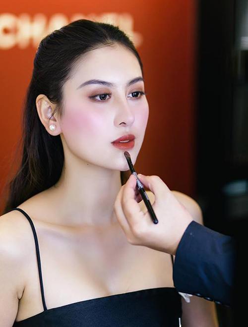 Trước đây, gương mặt của Hà Lade trông sắc sảo với phần cằm nhọn, gò má cao kiểu người mẫu. Việc chỉnh sửa khiến cô nàng như biến thành người khác hoàn toàn.