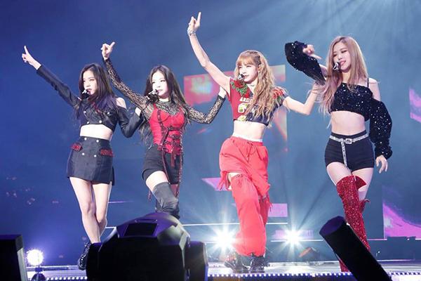 Ji Soo, Lisa và Rosé đều được diện croptop khoe vòng eo con kiến, trong khi đó Jennie lại phải mặc đồ tầng lớp kín cổng cao tường, vừa rối rắm lại vừa kém sang. Trong trường hợp này, hẳn không thể nói stylist đã thiên vị cô nàng.