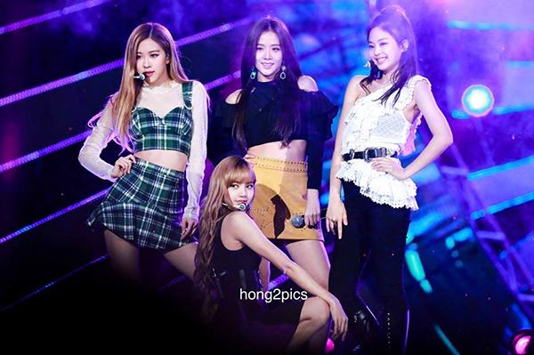 Một lần biểu diễn khác, trong khi 3 cô gái còn lại mặc đồ khoe eo hoặc bó sát rất tôn dáng thì Jennie một mình một quẻ với chiếc áo diềm bèo sến sẩm, kết hợp cùng quần dài kín mít.