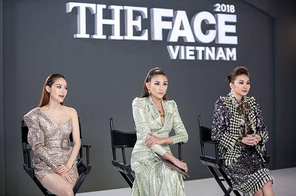 Dù cả ba đều chọn chung một kiểu đồ thì giữa Minh Hằng và Thanh Hằng trông vẫn ăn ý hơn.Điều này khiến Võ Hoàng Yến liên tục được ngồi giữa trong các tập để tạo thế cân bằng.