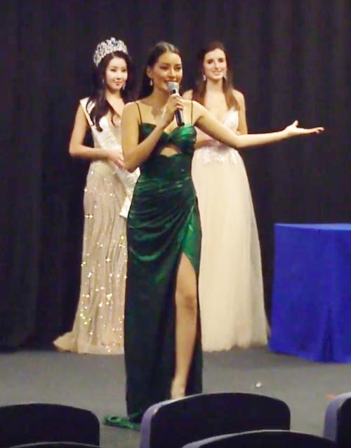Hoa hậu Philippines mặc đầm do Minh Tú cho mượn.
