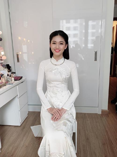 Chiều nay (22/11), Á hậu Thanh Tú tổ chức lễ ăn hỏi cùng bạn trai doanh nhân tại nhà riêng ở Hà Nội. Cô diện áo dài trắng tinh khôi, do chính Hoa hậu Ngọc Hân thiết kế và tặng.