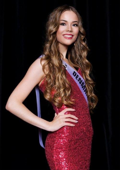 Celina West Riel vừa tròn18 tuổi, cao 1m76. Sinh ra và bị mất một phần tay trái từ khi lọt lòng nhưng bằng sự tự tin, lạc quan, cô quyết định ghi danhở cuộc thi Hoa hậu Siêu quốc gia Đan Mạch 2018. Nhờ khuôn mặt xinh đẹp, lối ứng xử thông minh và bản lĩnh sân khấu, cô đoạt danh hiệu Á hậu 2.