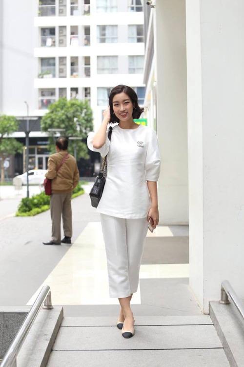 Đỗ Mỹ Linh cũng có mặt từ sớm tại nhà của Thanh Tú. Hoa hậu Việt Nam 2014 diện trang phục trắng đơn giản.