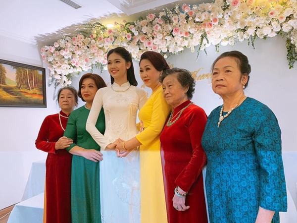 Mẹ Thanh Tú diện áo dài vàng nổi bật trong lễ ăn hỏi của con gái.