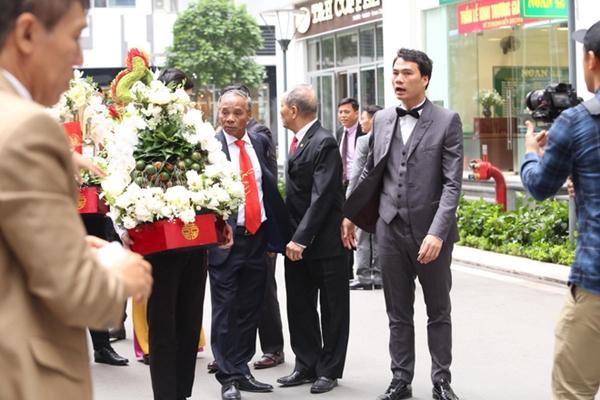 Bạn trai Thanh Tú - doanh nhân Nguyễn Thành Phương -mặc bộ suit bảnh bao. Anh hơn Á hậu Thanh Tú 16 tuổi, hiện là CEO một doanh nghiệp lớn.