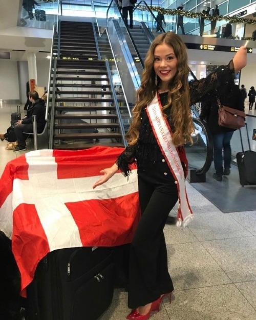 Hoa hậu Siêu quốc gia lần đầu được tổ chức vào năm 2009 tại thành phố Płock, Ba Lan với sự tham dự của thí sinh từ 40 quốc gia và vùng lãnh thổ. Hiện nay, số lượng người đẹp dự thi đã tăng lên gấp đôi. Cuộc thi được đánh giá là một trong 6 đấu trường nhan sắc lớn nhất thế giới, bên cạnh Miss World, Miss Universe, Miss International, Miss Earth và Miss Grand International.Đại diện Việt Nam năm nay là siêu mẫu Minh Tú. Năm ngoái,Á hậu Khánh Phươngchỉ vào top 25 chung cuộc. Thành tích tốt nhất mà Việt Nam có được ở đấu trường nhan sắc này là ngôi Á hậu 3 do Daniela Nguyễn Thu Mây xác lập vào năm 2011.