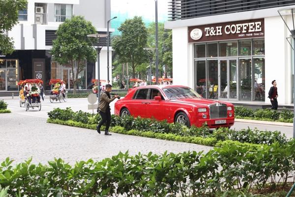 Chú rểđến nhà cô dâu bằng chiếc siêu xe Rolls Royce gam màu đỏ đắt tiền. Trước đó, Thanh Tú cũng từ chối chia sẻ mọi thông tin liên quan đến chú rể để bảo vệ sự riêng tư cho chồng.